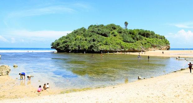 Pantai Sepanjang adalah salah satu pantai di Gunung Kidul Jogja yang wajib dikunjungi dengan pesona alam yang bagus, indah, dan keren (Foto : yogyakarta.panduanwisata.id)