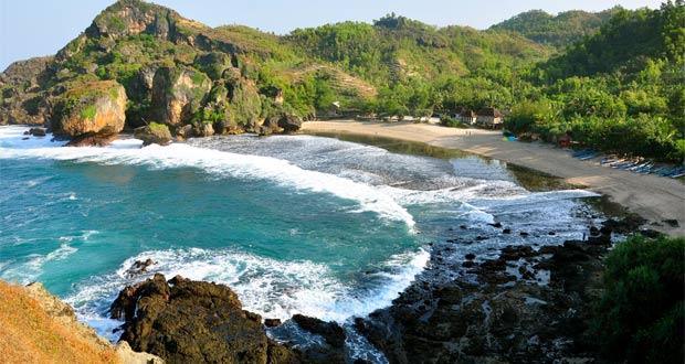 Pantai Siung adalah salah satu pantai di Gunung Kidul Jogja yang wajib dikunjungi dengan pesona alam yang bagus, indah, dan keren (Foto : sarangpenyamun.files.wordpress.com)