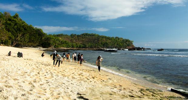 Pantai Wediombo adalah salah satu pantai di Gunung Kidul Jogja yang wajib dikunjungi dengan pesona alam yang bagus, indah, dan keren (Foto : soedarajogja.blogspot.com)