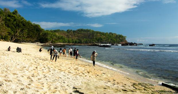 Pantai Wediombo adalah salah satu pantai pasir putih di Jogja yang indah, bagus, dan keren (Foto : soedarajogja.blogspot.com)
