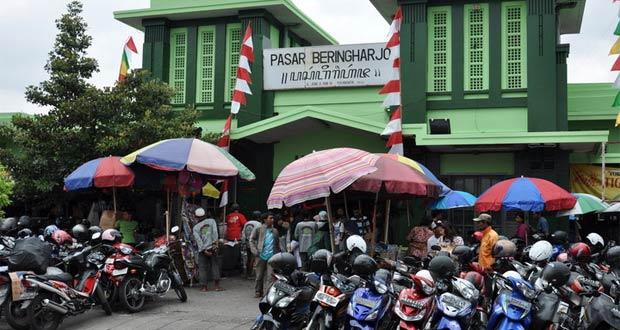 Pasar Beringharjo adalah salah satu tempat wisata di Jogja dekat Malioboro untuk wisata belanja murah (Foto : forum.kompas.com)