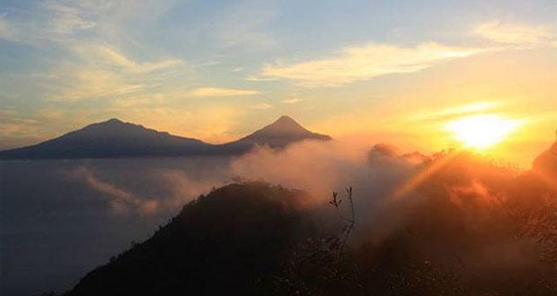 Puncak Suroloyo adalah salah satu tempat wisata alam di Jogja yang belum terjamah dan keren untuk melihat sunrise (Foto : piknikdong.com)