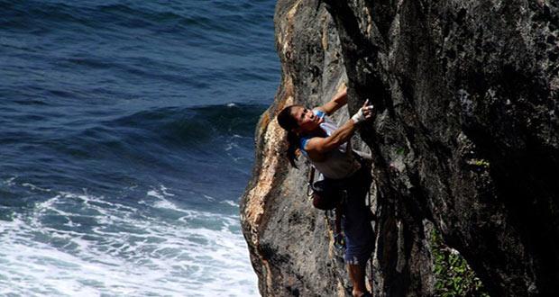 Rock Climbing Di Pantai Siung adalah salah satu tempat wisata di Jogja yang seru dan asyik (Foto : visitingjogja.com)