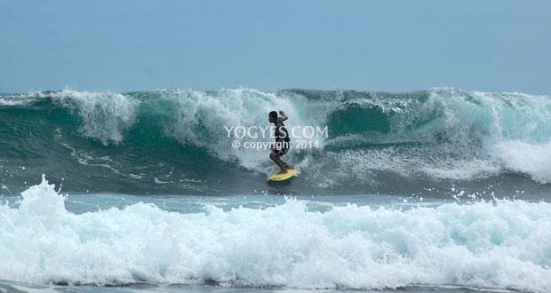 Naik Gondola Di Pantai Timang adalah salah satu tempat wisata di Jogja yang seru dan asyik (Foto : indonesiawow.com)