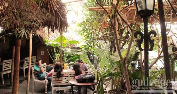 Waroeng Kopi (Warkop) Semesta adalah salah satu tempat nongkrong di Jogja yang asyik dan enak (Foto : gudeg.net)