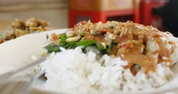 Warung Pecel Bu Kis adalah salah satu tempat wisata kuliner di Solo yang enak, murah, dan wajib dikunjungi (Foto : soloraya.com)