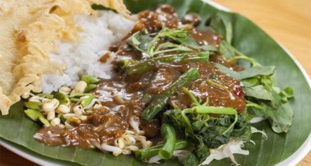 Warung Pecel Solo adalah salah satu tempat wisata kuliner di Solo yang enak, murah, dan wajib dikunjungi (Foto : marnimulya.com)