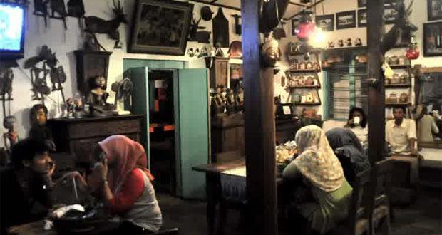 Wedangan Pendhopo adalah salah satu tempat wisata kuliner di Solo yang enak, murah, dan wajib dikunjungi (Foto : yukpiknik.com)