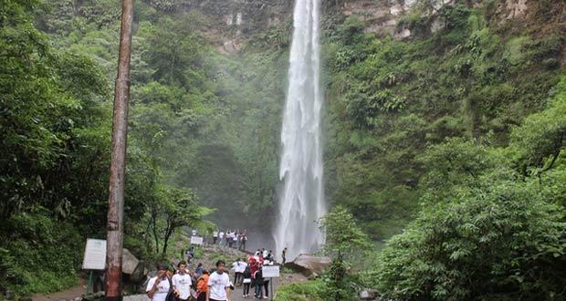 Air Terjun Coban Rondo adalah salah satu tempat wisata di Malang dan sekitarnya yang paling terkenal di Malang (Foto : yoenoestour.wordpress.com)