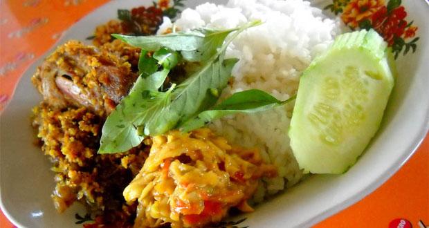 Bebek Goreng Sinjay adalah salah satu tempat makan enak di Surabaya untuk buka puasa yang menyajikan menu bebek khas Bangkalan Madura (Foto : carimakanenak.com)