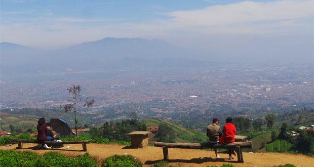 Bukit Moko Bandung adalah salah satu tempat wisata di Bandung yang merupakan puncak tertinggi di Kota Bandung (Foto : ridwanbejo.wordpress.com)