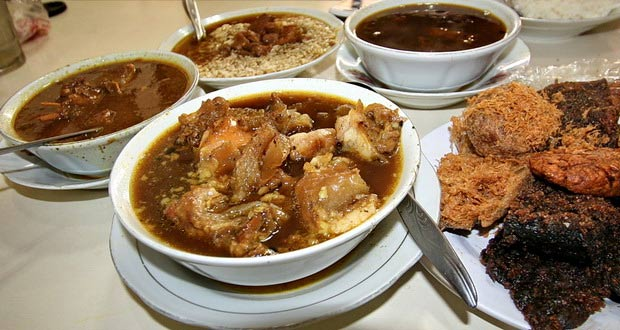 Depot Rawon Nguling adalah salah satu tempat makan enak di Malang untuk buka puasa yang menyajikan nasi rawon asli Pasuruan (Foto : wisatajiwa.files.wordpress.com)