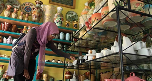 Sentra Kerajinan Keramik Dinoyo adalah salah satu tempat wisata di Malang yang wajib dikunjungi (Foto : surabaya.panduanwisata.id)