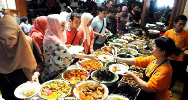 Nasi Bancakan adalah salah satu tempat makan enak di Bandung untuk buka puasa yang murah meriah (Foto : tripadvisor.com.sg)