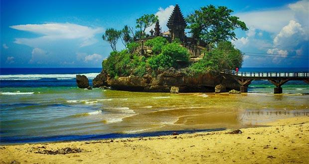 Pantai Balekambang adalah salah satu tempat wisata di Malang dan sekitarnya yang dikenal sebagai tanah lot nya Malang, Jawa Timur (Foto : paketwisatamalangbromo.com)