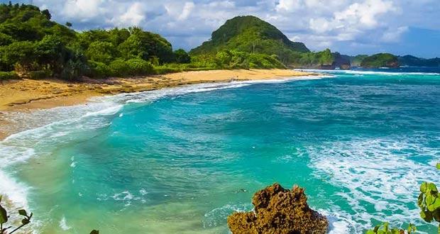Pantai Balekambang adalah salah satu pantai di Malang yang wajib dikunjungi (Foto : travelisindonesia.wordpress.com)