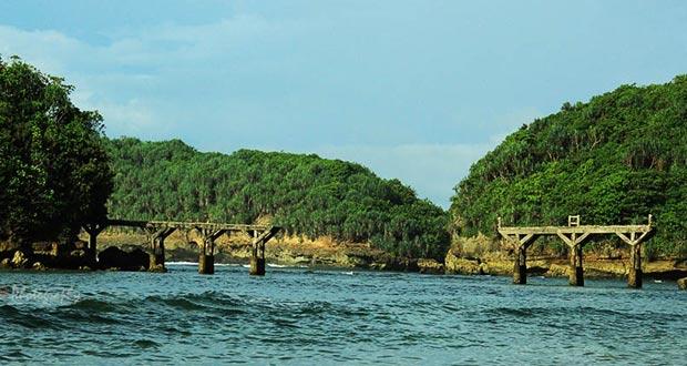 Pantai Jembatan Panjang adalah salah satu pantai di Malang yang wajib dikunjungi (Foto : fotowinara.com)