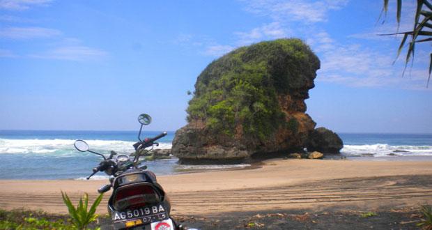 Pantai Kondang Iwak adalah salah satu pantai di Malang yang wajib dikunjungi (Foto : touringrider.wordpress.com)