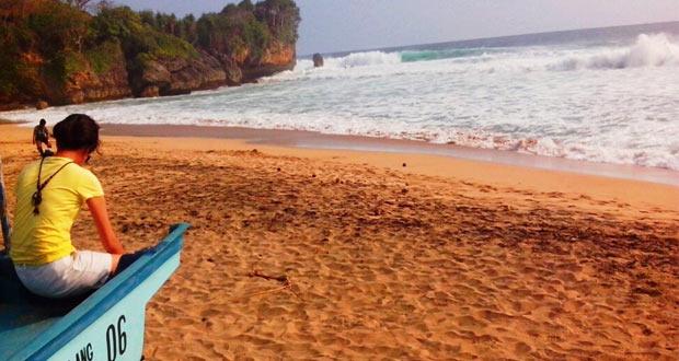 Pantai Ngantep adalah salah satu pantai di Malang yang wajib dikunjungi (Foto : fajardinihari.wordpress.com)