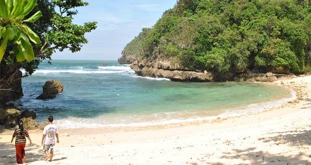 Pantai Ngeliyep adalah salah satu tempat wisata di Malang dan sekitarnya yang belum terjamah (Foto : surabaya.panduanwisata.id)