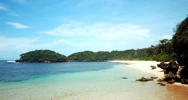 Pantai Sendang Biru adalah salah satu pantai di Malang yang wajib dikunjungi (Foto : fotowinara.com)