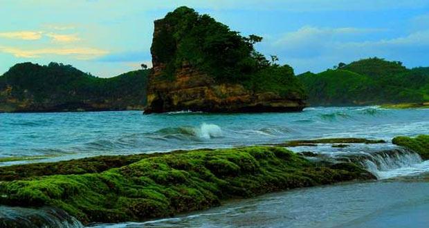 Pantai Tamban adalah salah satu pantai di Malang yang wajib dikunjungi (Foto : telusurindonesia.com)