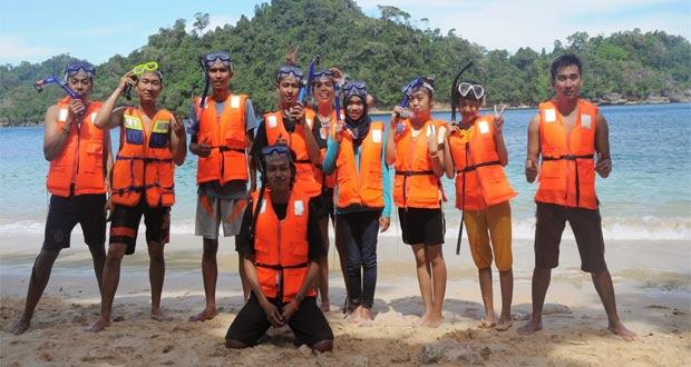 Pantai Tiga Warna yang eksotis dengan pasir putihnya adalah salah satu pantai di Malang yang wajib dikunjungi (Foto : tentangnusantara.com)
