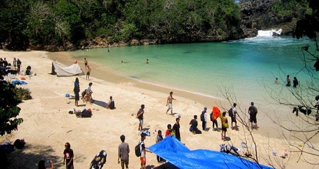 """Pulau Sempu adalah salah satu tempat wisata di Malang dan sekitarnya yang dikenal sebagai """"surga' nya wisata alam Malang Jawa Tmur (Foto : surabaya.panduanwisata.id)"""