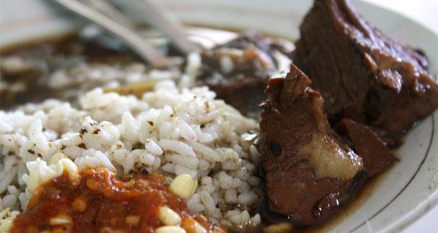 Rawon Brintik adalah salah satu tempat makan enak di Malang untuk buka puasa dengan menu andalan nasi rawon khas Malang (Foto : pegipegi.com)