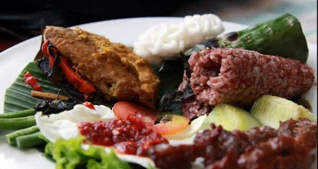 Roemah Nenek adalah salah satu tempat makan enak di Bandung untuk buka puasa dengan aneka menu yang lengkap (Foto : ceritaperut.com)