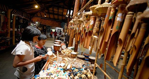 Saung Angklung Udjo (SAU) adalah salah satu tempat wisata di Bandung untuk belajar bermain angklung (Foto : anekatempatwisata.com)