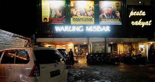 Warung Misbar adalah salah satu tempat makan enak di Bandung untuk buka puasa sambil nonton layar tancap film jadul (Foto : xplor.xl.co.id)