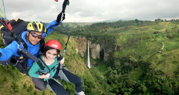 Wisata Paralayang adalah salah satu tempat wisata di Malang dan sekitarnya yang menantang adrenalin (Foto : wisatambatu.wordpress.com)