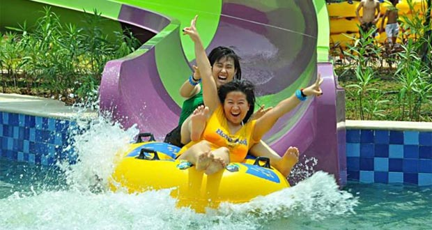 Amanzi Waterpark adalah salah satu tempat wisata di Palembang yang asyik dan menarik untuk mengisi libur lebaran (Foto : kotawisataindonesia.com)