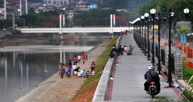Banjir Kanal Barat adalah salah satu tempat wisata di Semarang yang asyik dan menarik untuk mengisi libur lebaran (Foto : dotsemarang.com)