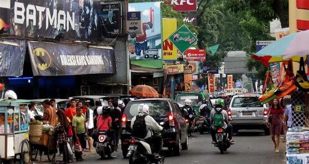 Jalan Cihampelas adalah salah satu tempat belanja murah di Bandung (Foto : ajatiboy.blogspot.com)