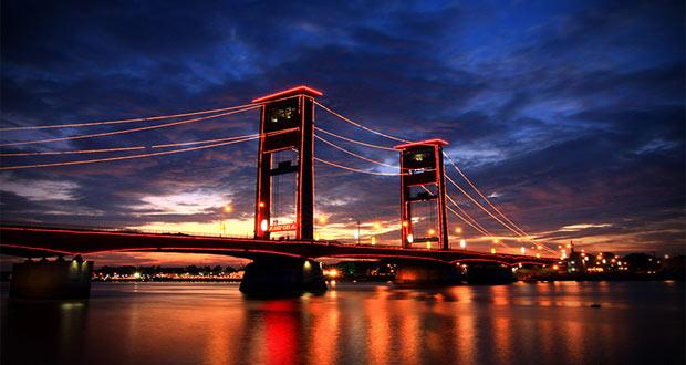 Jembatan Ampera adalah salah satu tempat wisata di Palembang yang asyik dan menarik untuk mengisi libur lebaran (Foto : indonesiabestplaces.wordpress.com)