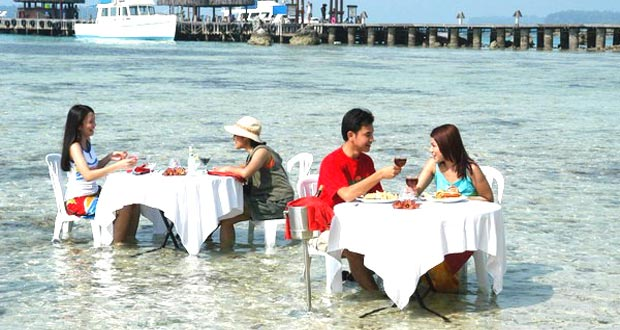 Kepulauan Seribu adalah salah satu tempat wisata di Jakarta yang asyik dan menarik untuk mengisi libur lebaran (Foto : www.hoetravel.com)