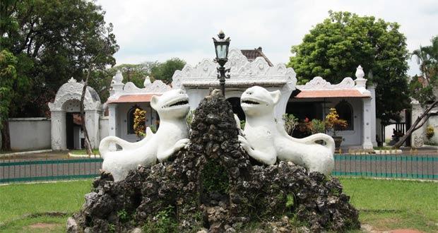 Tempat wisata di Cirebon Keraton Kasepuhan (Foto : dianrentcarcirebon.com)