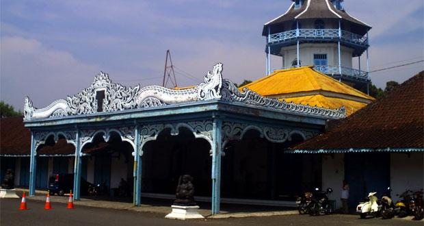 Keraton Solo adalah salah satu tempat wisata di Solo yang asyik dan menarik dikunjungi untuk mengisi libur lebaran (Foto : anekatempatwisata.com)