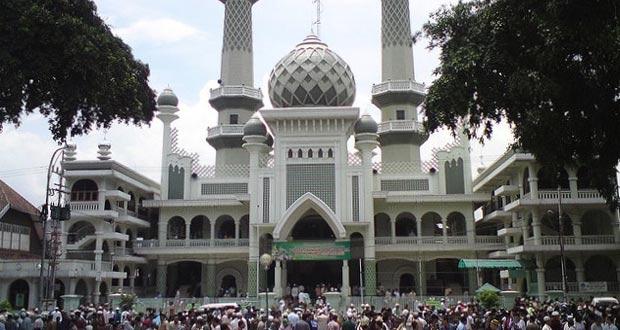 Masjid Agung Malang adalah salah satu tempat wisata di Malang yang asyik dan menarik untuk mengisi libur lebaran (Foto : bujangmasjid.blogspot.com)