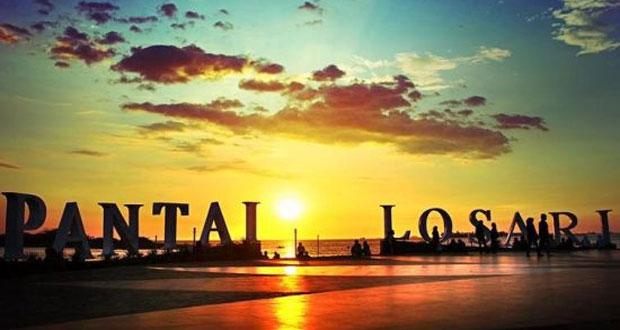 Pantai Losari adalah salah satu ikon tempat wisata di Makassar (Foto : indonesia-tourism.com)