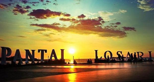Pantai Losari adalah salah satu tempat ngabuburit di Makassar untuk anak muda (Foto : klikhotel.com)