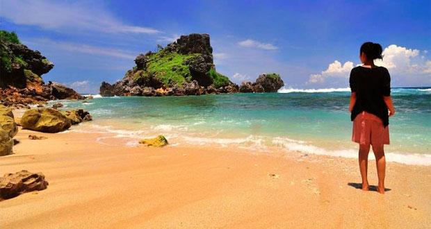 Pantai Nglambor adalah tempat wisata di Jogja yang asyik dan menarik dikunjungi saat libur lebaran (Foto : hipwee.com)