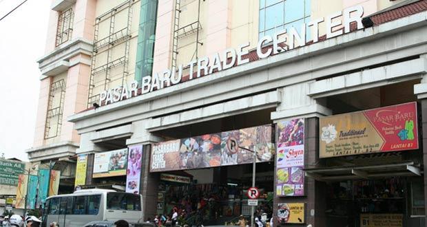 Pasar Baru adalah salah satu tempat belanja murah di Bandung yang menjual aneka pakaian, jeans, dan kain yang bagus dan murah (Foto : indonesia.travel)