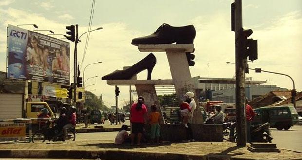 Pasar Cibaduyut adalah salah satu tempat belanja murah di Bandung yang menjual aneka sepatu (Foto : mbandung.com)