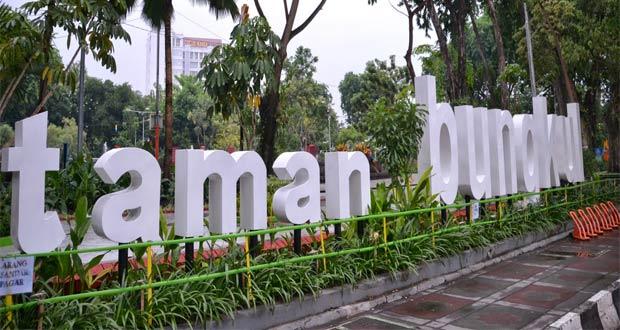 Taman Bungkul adalah salah satu tempat wisata di Surabaya yang asyik dan menarik untuk mengisi libur lebaran (Foto : yukpiknik.com)